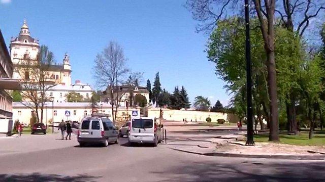 У Львові остаточно дозволили проїзд автомобілів через площу святого Юра