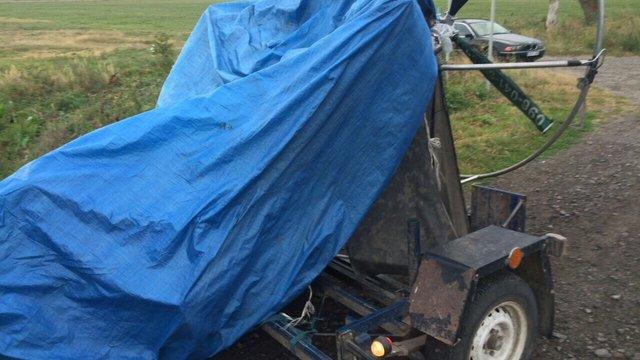 На Львівщині біля кордону зупинили автомобіль, який перевозив мотопараплан