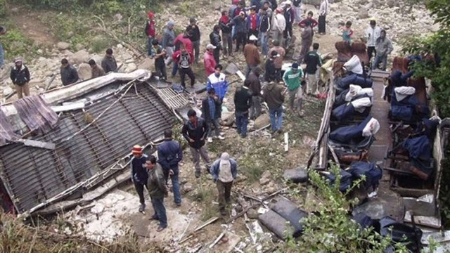 У Непалі автобус впав у прірву, 25 людей загинули