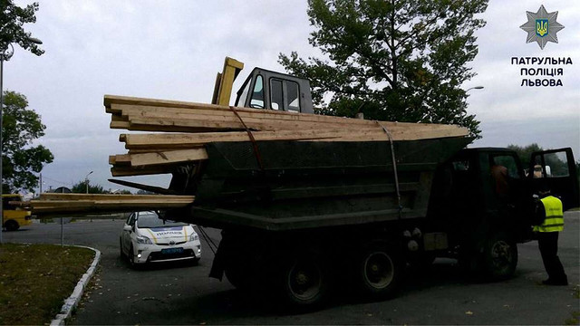 Львівські патрульні зупинили незареєстрований КамАЗ з вантажем