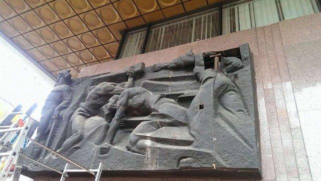 З Українського дому в Києві забирають комуністичну символіку