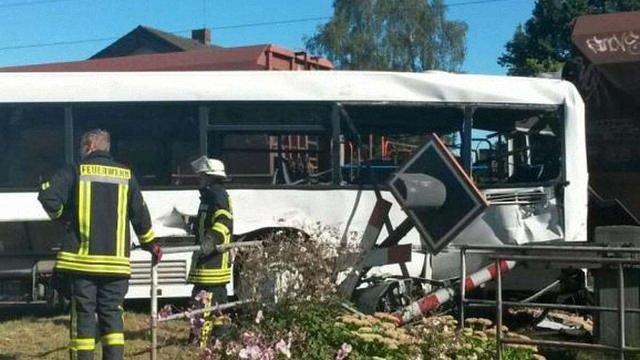 У Німеччині вантажний поїзд наїхав на автобус, 10 осіб травмовані