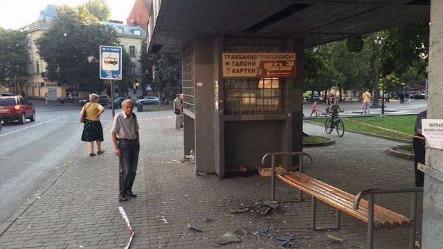 У Львові скляний дах зупинки обвалився на людей