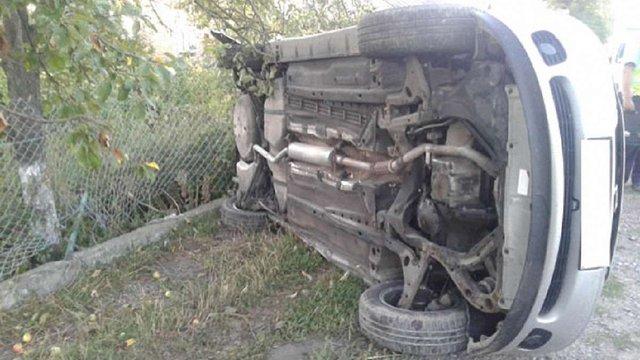 На трасі Львів-Луцьк автомобіль влетів у стовп та перекинувся