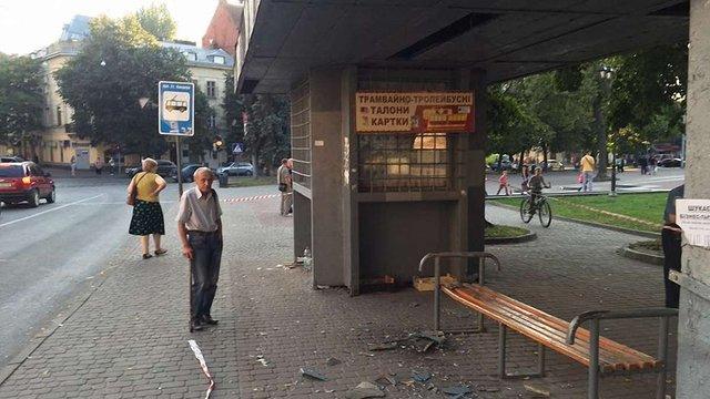 У Львові демонтують зупинку, дах якої травмував двох людей