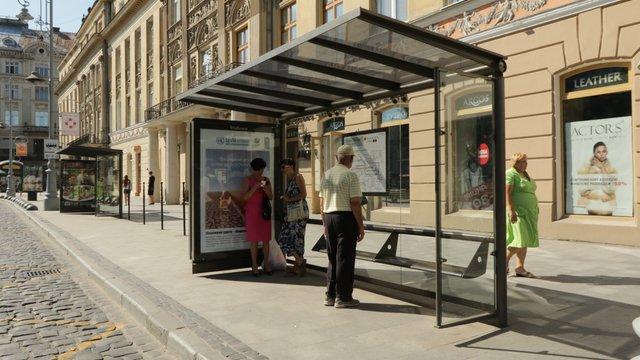 На семи зупинках громадського транспорту в центрі Львова встановлять нові павільйони