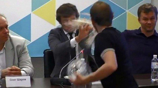 Невідомий кинув тортом у заступника міністра фінансів