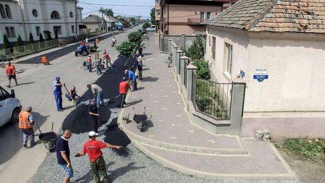 Закарпатські селяни власноруч заасфальтували майже всі вулиці свого села