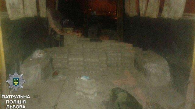 Львівські патрульні затримали чотирьох крадіїв бруківки з вулиці