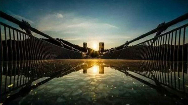 Найдовший у світі скляний міст закрили на реконструкцію через два тижні після відкриття