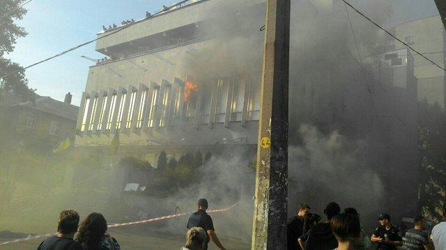 З'явилося відео затримання підозрюваних у підпалі будівлі «Інтера»