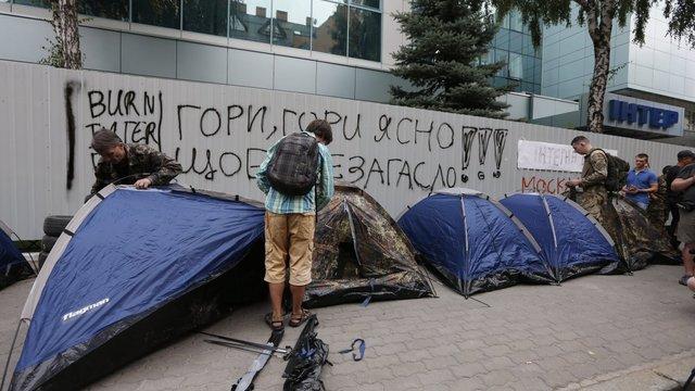 Вхід до будівлі телеканалу «Інтер» продовжують блокувати півсотні активістів