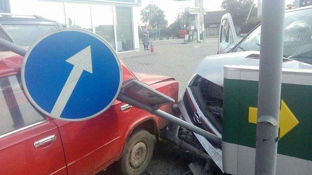 Займання автомобіля спричинило подвійну ДТП біля АЗС на Львівщині