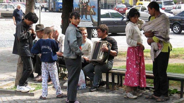 Українці демонструють найбільше упередження до ромів і чеченців, - соцопитування