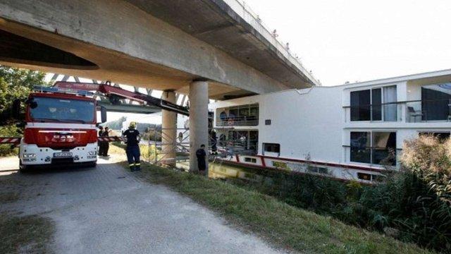 У Німеччині круїзне судно зіткнулося з мостом: загинули двоє членів екіпажу