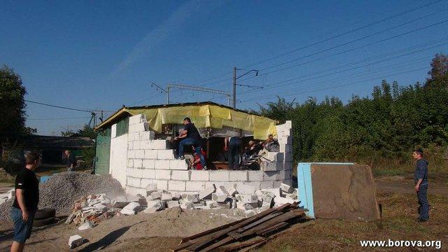 На Київщині жителі селища зруйнували недобудований храм УПЦ МП