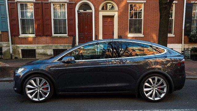 До Львова вперше привезли електромобіль Tesla Model X
