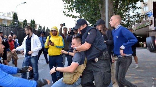 Учасники «Правого сектора» закидали яйцями Генконсульство Росії в Одесі