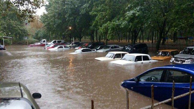 Одесу затопило через зливу: автомобілі заблоковані водою, на дорогах затори