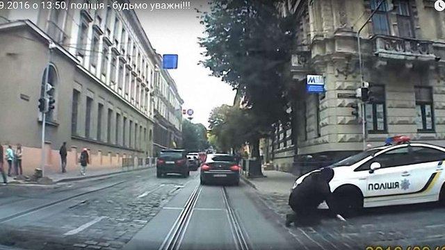 У Львові патрульні на службовому авто збили жінку на переході