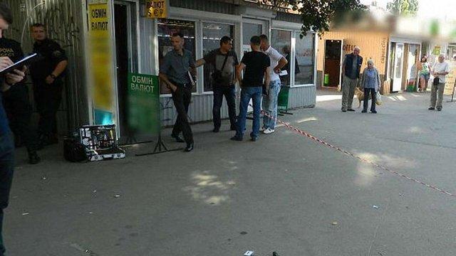 У Києві перехожі затримали чоловіка, який із зброєю спробував пограбувати пункт обміну валют