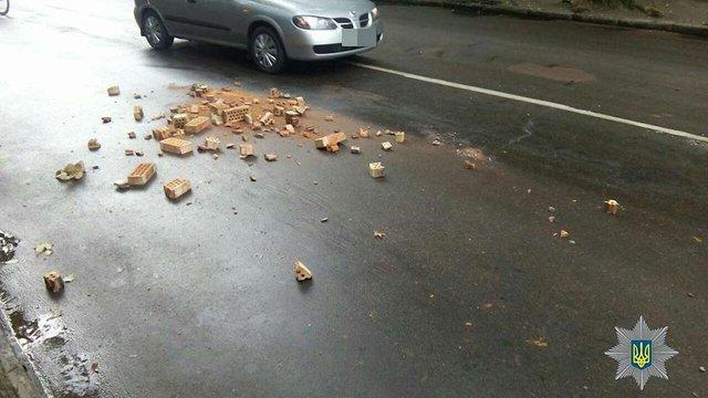 Патрульні змусили водія вантажівки прибрати розсипану на дорозі цеглу