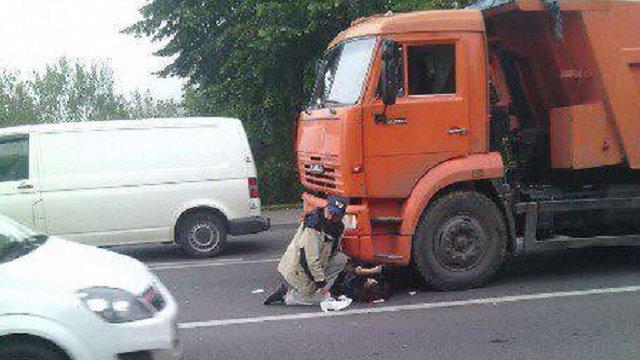 На Сихові жінка потрапила під колеса вантажівки