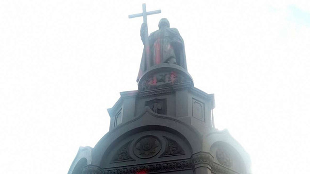 У Києві невідомі облили фарбою пам'ятник Володимиру Великому