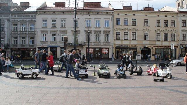 Мерія зобов'язала «Муніципальну дружину» очистити центр Львова від дитячих електромобілів