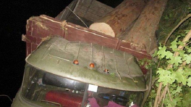 На Закарпатті перекинулася вантажівка з краденою деревиною: є загиблі