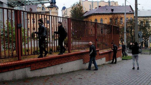 У Львові феміністки долучилися до польського «Чорного протесту» проти заборони абортів