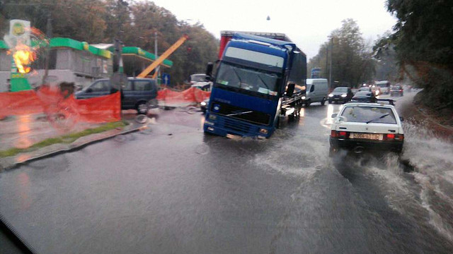 На відремонтованій дорозі у Львові провалилася вантажівка