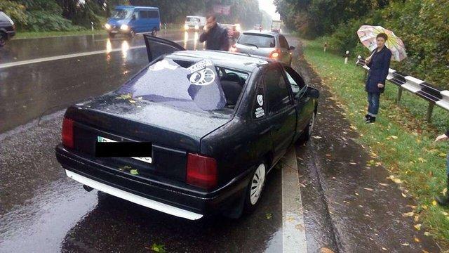 Біля Львова на машину впало дерево і травмувало пасажирку