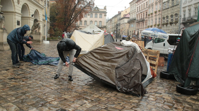 Учасники АТО розбирають наметове містечко біля Львівської міськради
