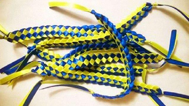 У Львові збирають синьо-жовті стрічки для мешканців Станиці Луганської
