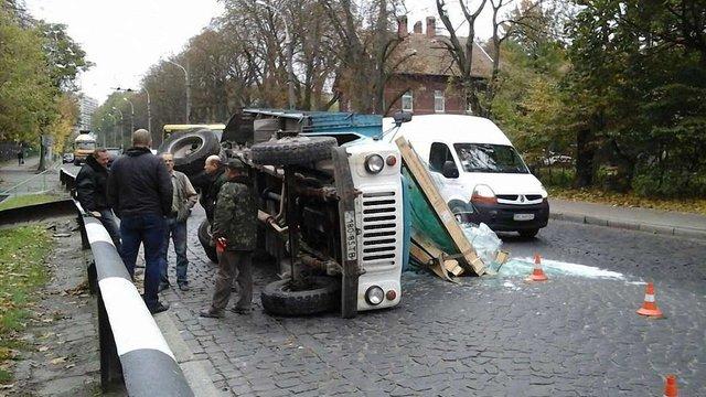 На спуску до центру Львова перекинулась вантажівка, у якої відмовили гальма