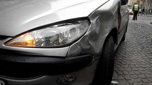 П'яний водій у Львові врізався у два припарковані автомобілі