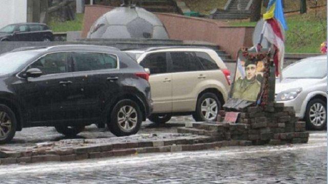 Пам'ятник герою Небесної сотні у Києві відновили після ДТП за добу