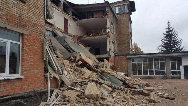 У Василькові на Київщині під час навчання обвалилася стіна школи
