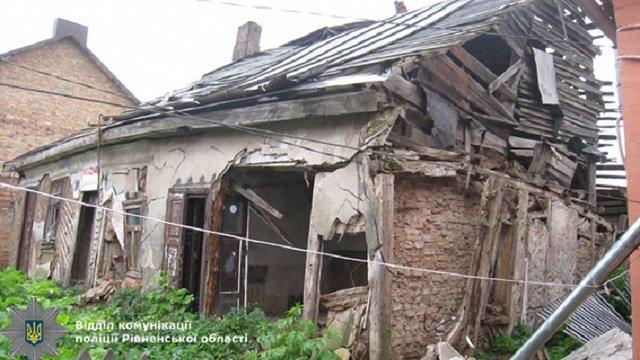 На Рівненщині на літню жінку впала стіна аварійного будинку