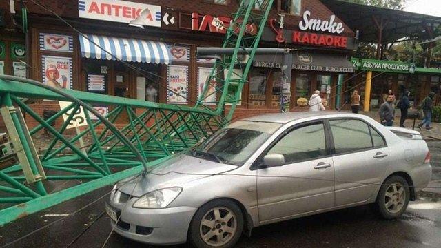 В Одесі вітер звалив будівельний кран на автомобіль і дах ресторану