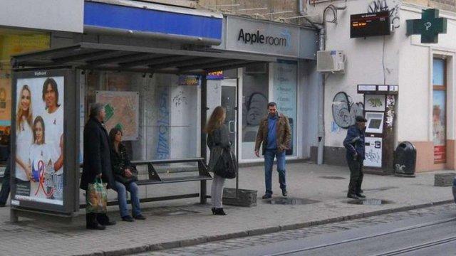 Зупинки на вул. Дорошенка в центрі Львова пристосують для людей на візках