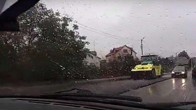За ремонт траси на Львівщині під дощем дорожникам можуть не заплатити