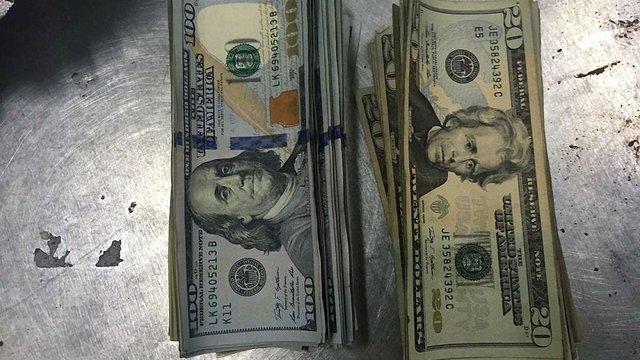 У посилці із США львівські митники знайшли долари в банках з кави та два айфони