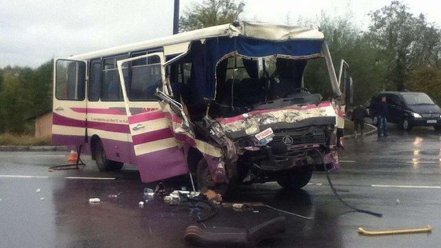На Прикарпатті внаслідок зіткнення вантажівки з маршруткою одна людина загинула, 15 травмовані