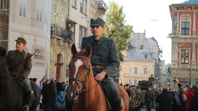 Львовом пройшлись реконструктори у військових одностроях