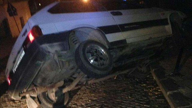 У Львові нетверезий водій наїхав на бордюр і перевернув автомобіль
