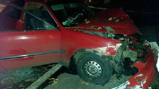 Вночі у Червонограді жінка-водій збила юнака та заїхала в дерево
