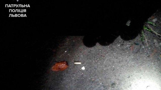 У Львові біля нічного клубу відвідувачам погрожували ножем та пістолетом