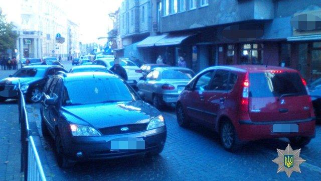 У Львові водій з дитиною у салоні втікав від патрульних і скоїв ДТП